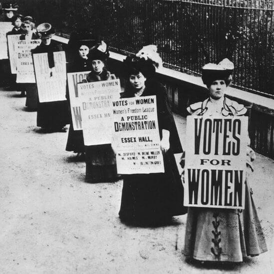 Britanske sifražetkinje nosile su slogane 1908. u borbi za pravo žena da glasaju, ali ne na majicama
