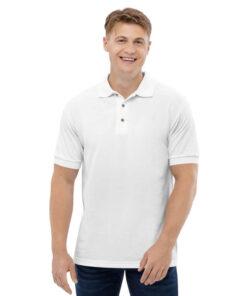 Momak nosi mušku belu polo majicu koju možete kupiti u Print Store online shopu.