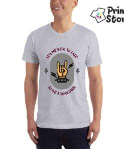 It's never to late to be a rockstar - siva muška majica